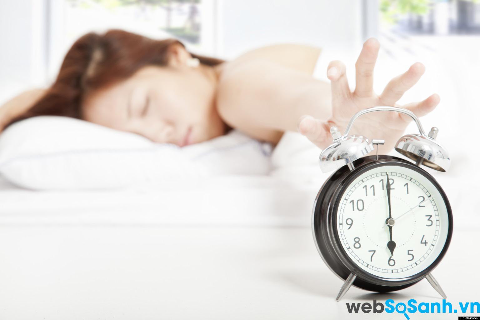 Để đồng hồ báo thức xa giường ngủ sẽ giúp bạn tỉnh dậy nhanh hơn