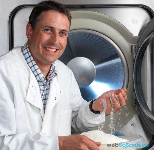 Nhà khoa học Stephen Burkinshaw và chiếc máy giặt của mình (nguồn: internet)