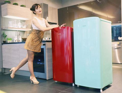 tủ lạnh Samsung moni màu đỏ